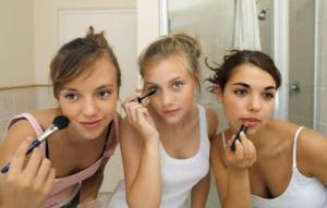 Aprenda a usar maquiagem para disfarçar as espinhas enquanto o tratamento para acne não dá resultado.