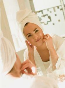 As manchas na pele costumam aparecer após os 25 anos e são umas das principais queixas nos consutórios de dermatologia.