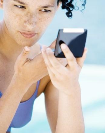 Filtros solar com pigmentos de maquiagem deixam você linda e protegida até na piscina.