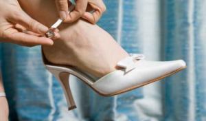 Deixe os sapatos de bico fino para matar as baratas no canto da sala!