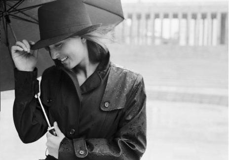Linda, elegante e protegida com guarda-chuva, chápeu e filtro solar (sempre!!!).