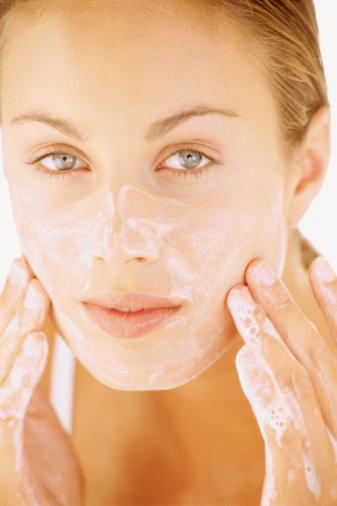 Esfoliar a pele ajuda a limpar os poros e a melhorar o fluxo de óleo. Mas não exagere!