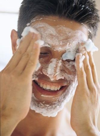 Lavar bem e esfoliar a pele antes de barbear ajuda a evitar a foliculite e os pêlos encravados.