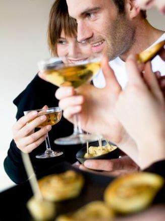 O ideal de peitos que cabem perfeitamente em uma taça de champagne faz parte do passado. Hoje em dia tem gente querendo tomar no balde...