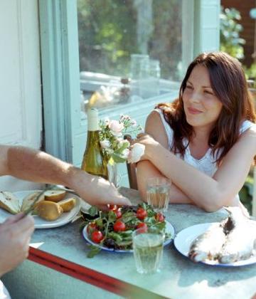 Uma boa alimentação a base de frutas, peixes, castanhas e legumes ajuda a manter a pele saudável.