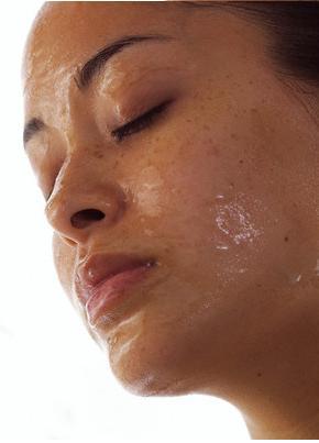 calor e suor dimunem a meia vida dos cremes no rosto.