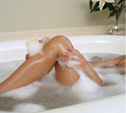 Banhos mornos diários ajudam a amolecer as escamas da psoriase.