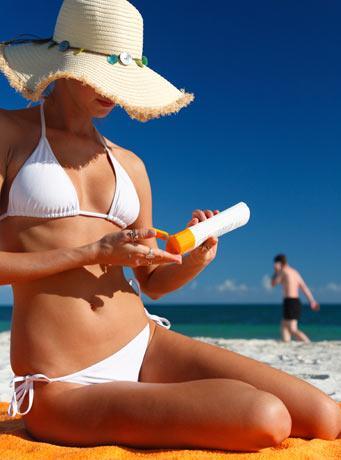 Exposição solar moderada pode ajudar quem sofre de psoriase mas é imporante proteger as áreas não afetadas.