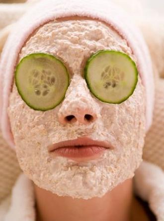 Pepino ou saquinhos de chá de camomila protegem os olhos e completam o ritual natureba.